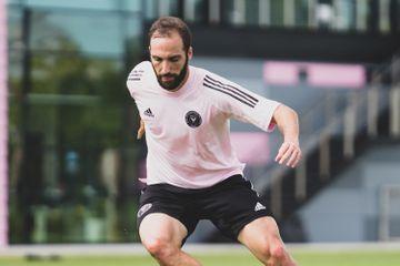 Yeni komandasına keçidi rəsmiləşdi - Qonsalo İquainin