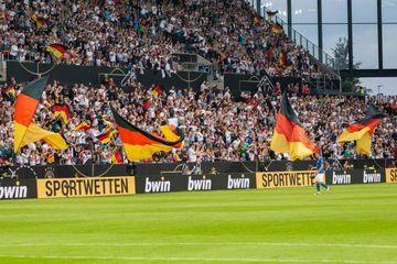 Azarkeşlər stadionlara buraxılacaq - Bundesliqada